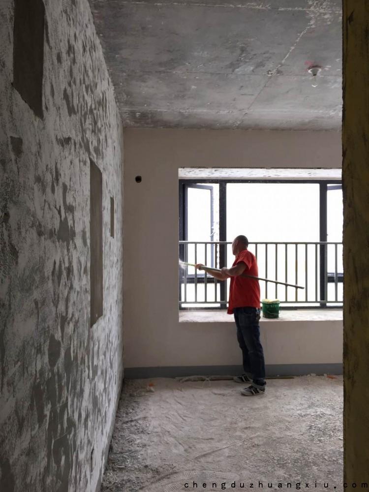 都城乐颂居装修进场:铲墙施工中