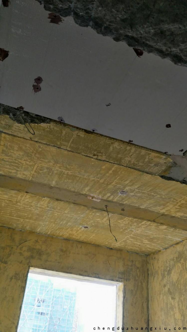 成都装修网:紫御熙庭石膏板吊顶防锈漆点涂