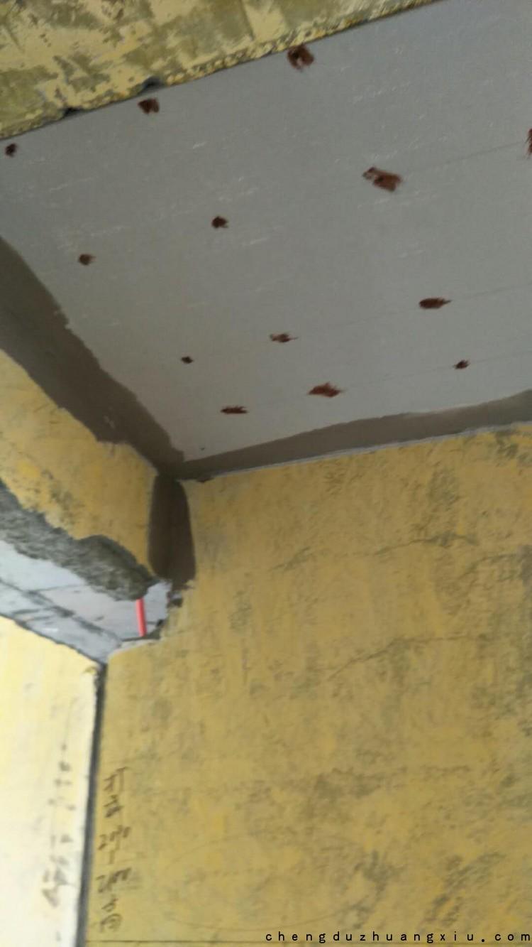成都装修网:紫御熙庭吊顶螺丝眼防锈漆点涂